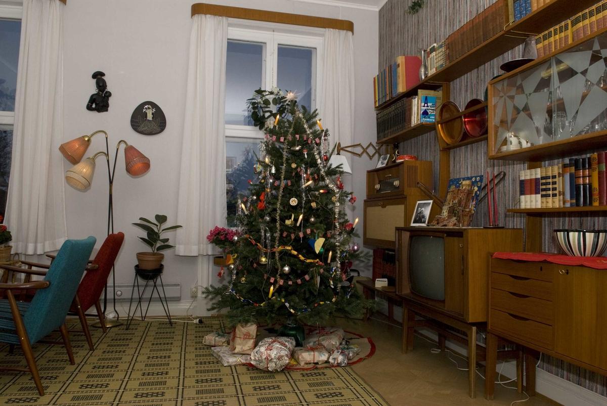 Serie med bilder av julepyntet stue i 1960-talls leiligheten i OBOS-gården, Wessels gt. 15.
