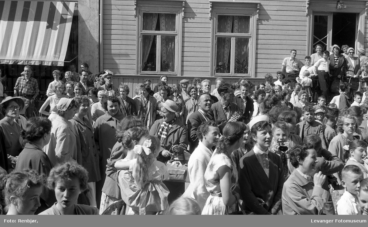 Bilder fra Prinsesse Ragnhild sitt besøk hos Thurn-Paulsen i Levanger.