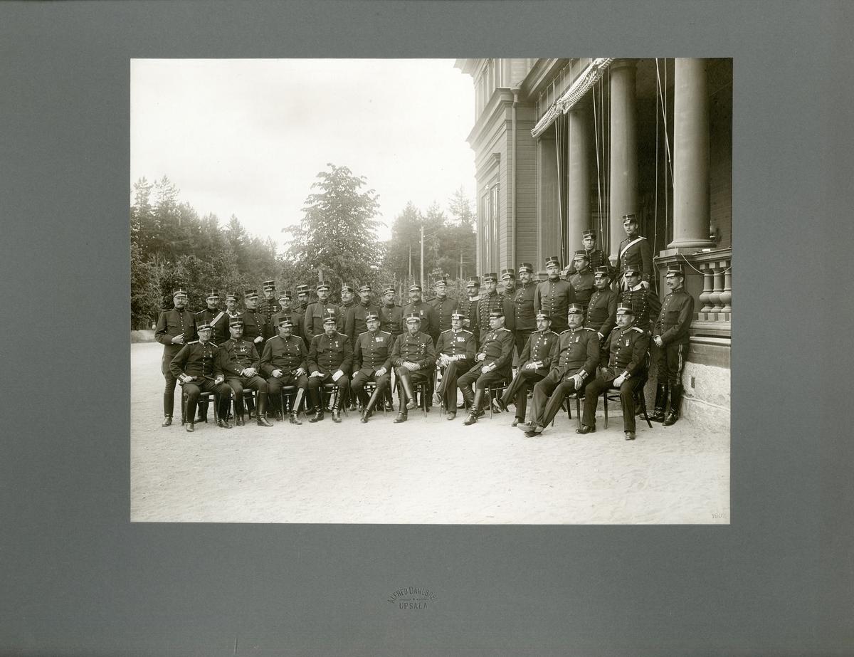 Grupporträtt av officerare vid okänt artilleriregemente på Marma skjutfält 1902.