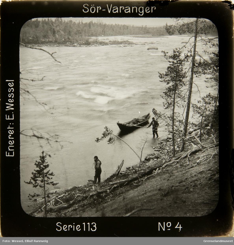 To menn trekker elvebåten oppover Grensefoss, Pasvik.