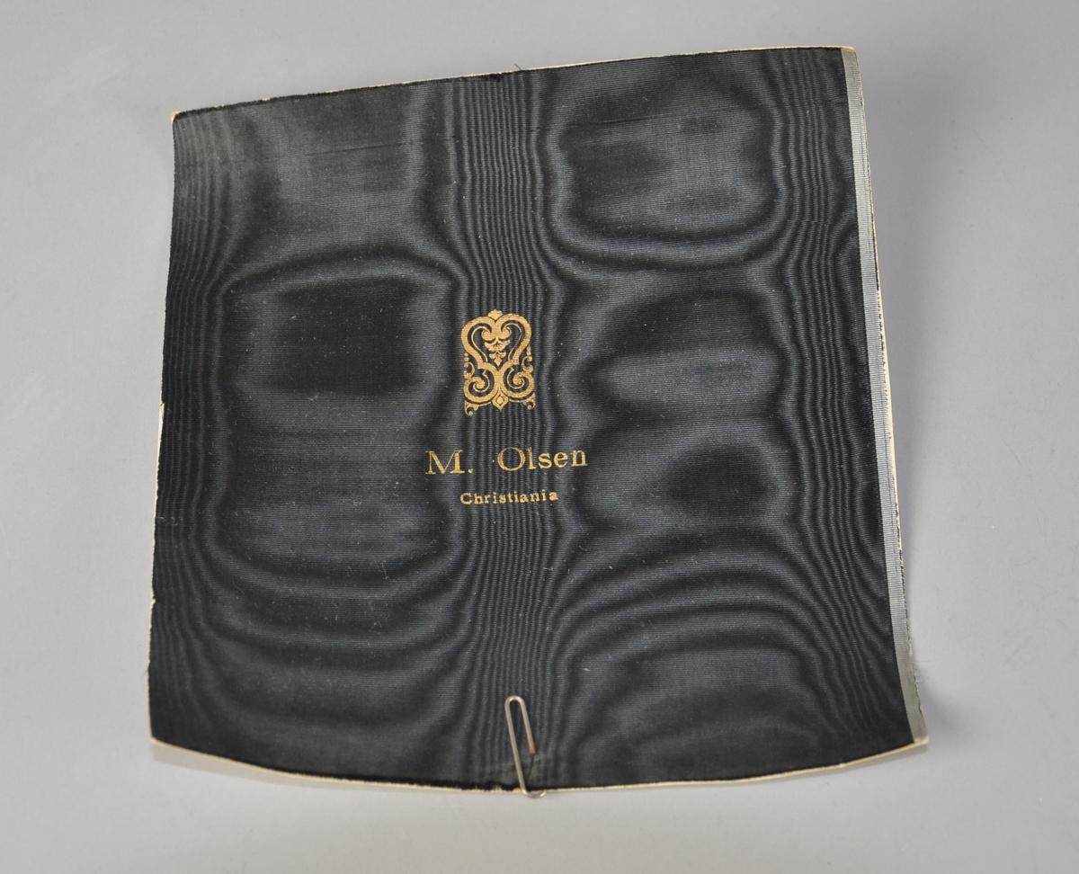 Kvadratisk hattefor av svart silke.