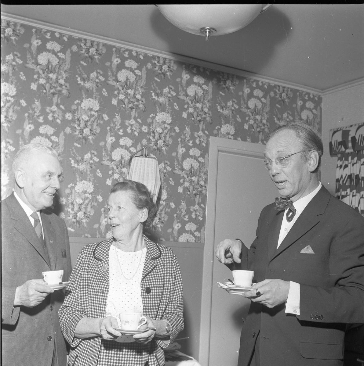 John Ingesson, Karin Simonsson och Yngve Hamrin, redaktör vid Jönköpings-posten, alla med kaffekopp i handen.