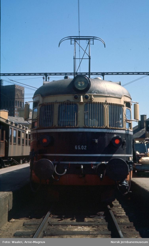 Elektrisk motorvogn BFM 66 02 på Oslo V