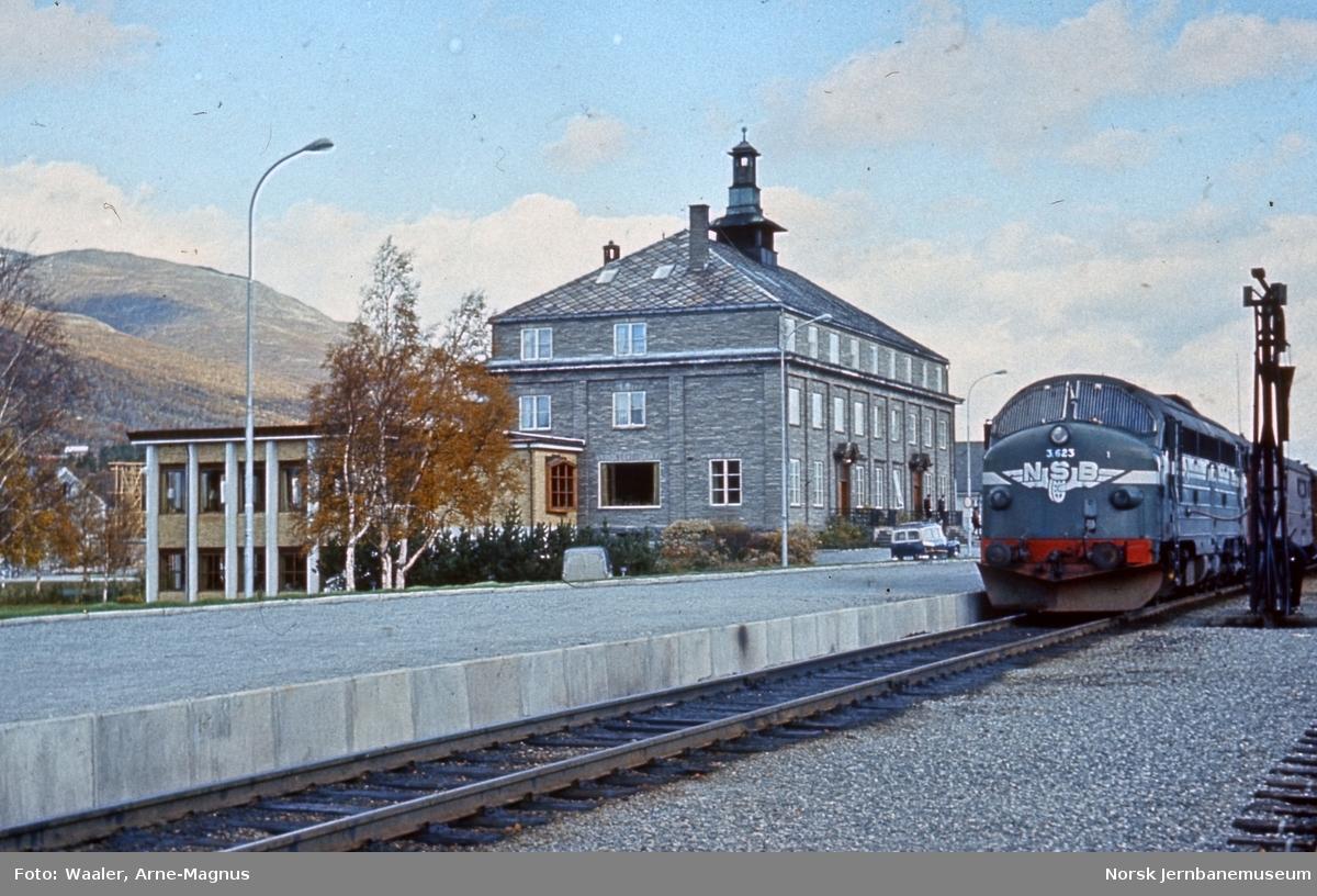 Diesellokomotiv Di 3 623 med sørgående dagtog 402 på Oppdal stasjon