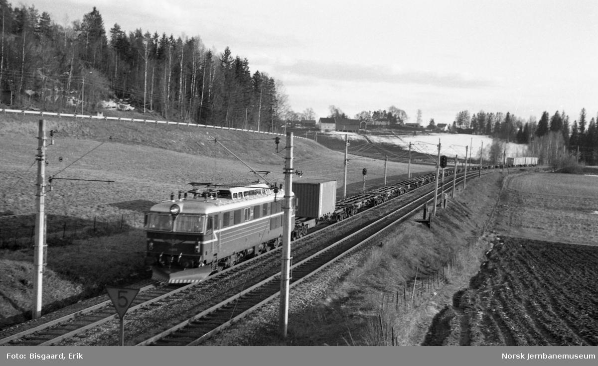 El 14 2175 med godstog nord for Ski stasjon
