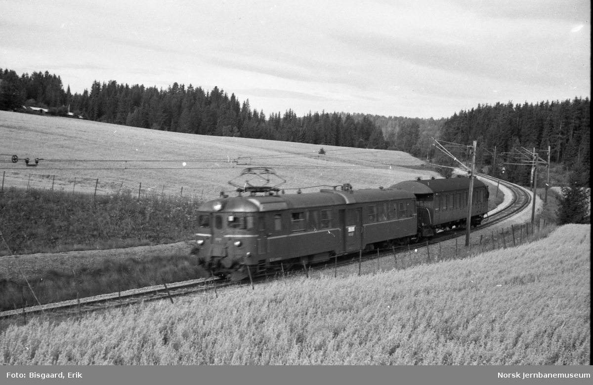 Motorvogn type 65 med styrevogn i tog ved Spydeberg