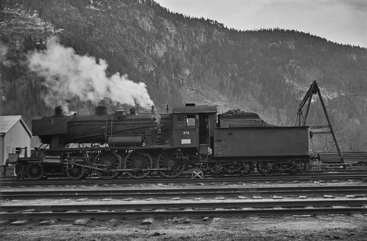 """Damplokomotiv type 30a nr. 272 på Støren stasjon. Blant lokomotivpersonalet ble lokomotivet benevnt """"Prinsessa""""."""