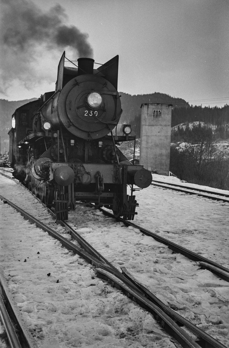Damplokomotiv type 26b nr. 230 på Støren stasjon.