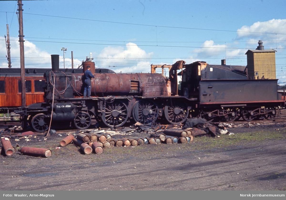 Opphugging av  damplokomotiver på Lillestrøm stasjon - type 27a nr. 220 hugges