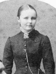 Enkefruen: Kaspara Olsen, født 1868 i Lier, flyttet til Kristiania i 1899 sammen med ektemannen Hans og de to barna Ingeborg, født 1890, og Sverre, født 1899. I 1904 ble sønnen Per født. Omtrent samtidig gikk mannen bort, og i 1905 flyttet familien inn i Wessels gate 15. Den unge enken var en driftig kvinne med egen «Smørforretning» i Rosenkrantz' gate 2. Husstellet overlot hun til sin pleiemor, Anne Kristine Pedersen. I 1918 var datteren flyttet ut, men sønnene ble boende hjemme i mange år. I 1925 besto husholdet av Kaspara, Sverre, som var radiotelegrafist, Per, som var kontorist, og den 20 år gamle hushjelpen Ingeborg Sørensen, som også hjalp til i butikken. I 1937 hadde sønnene flyttet. Kaspara, som nå var pensjonist, hadde i flere år tatt inn losjerende – fra 1942 den tidligere hushjelp Ingeborg Sørensen og hennes sønn Frank.