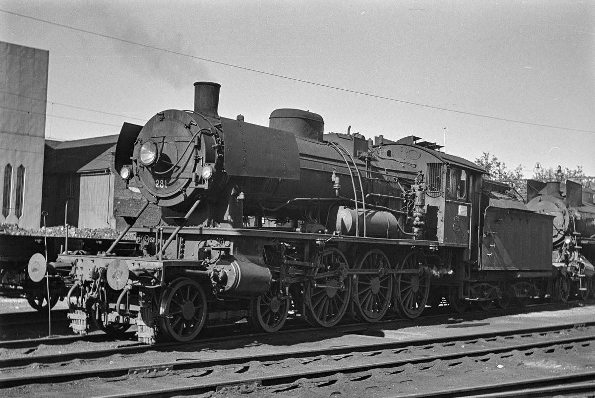 Damplokomotiv type 30a nr. 281 ved lokomotivstallen på Hamar.