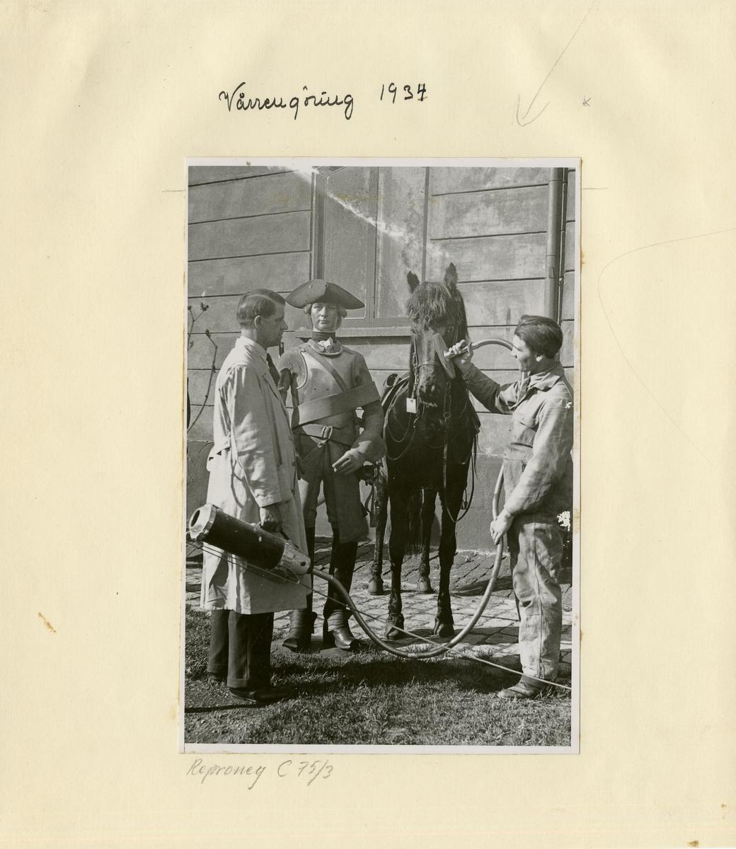 Vårstädningen; uniformer och dockor från utställningen tas ut till Artillerigården för rengörnining 1934.