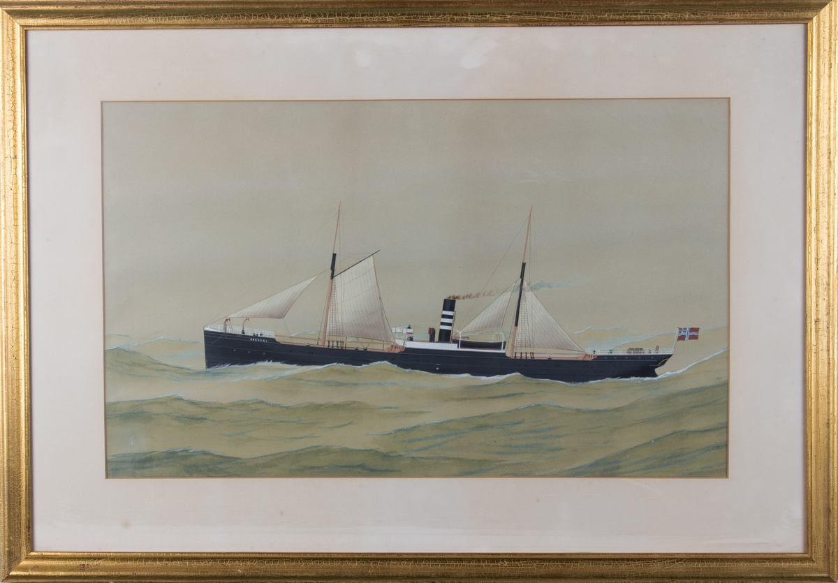 Skipsportrett av DS NORDNÆS under fart i åpen sjø med seilføring. Fører unionsflagg akter samt skorsteinsmerke til rederiet Halfdan Kuhnle.