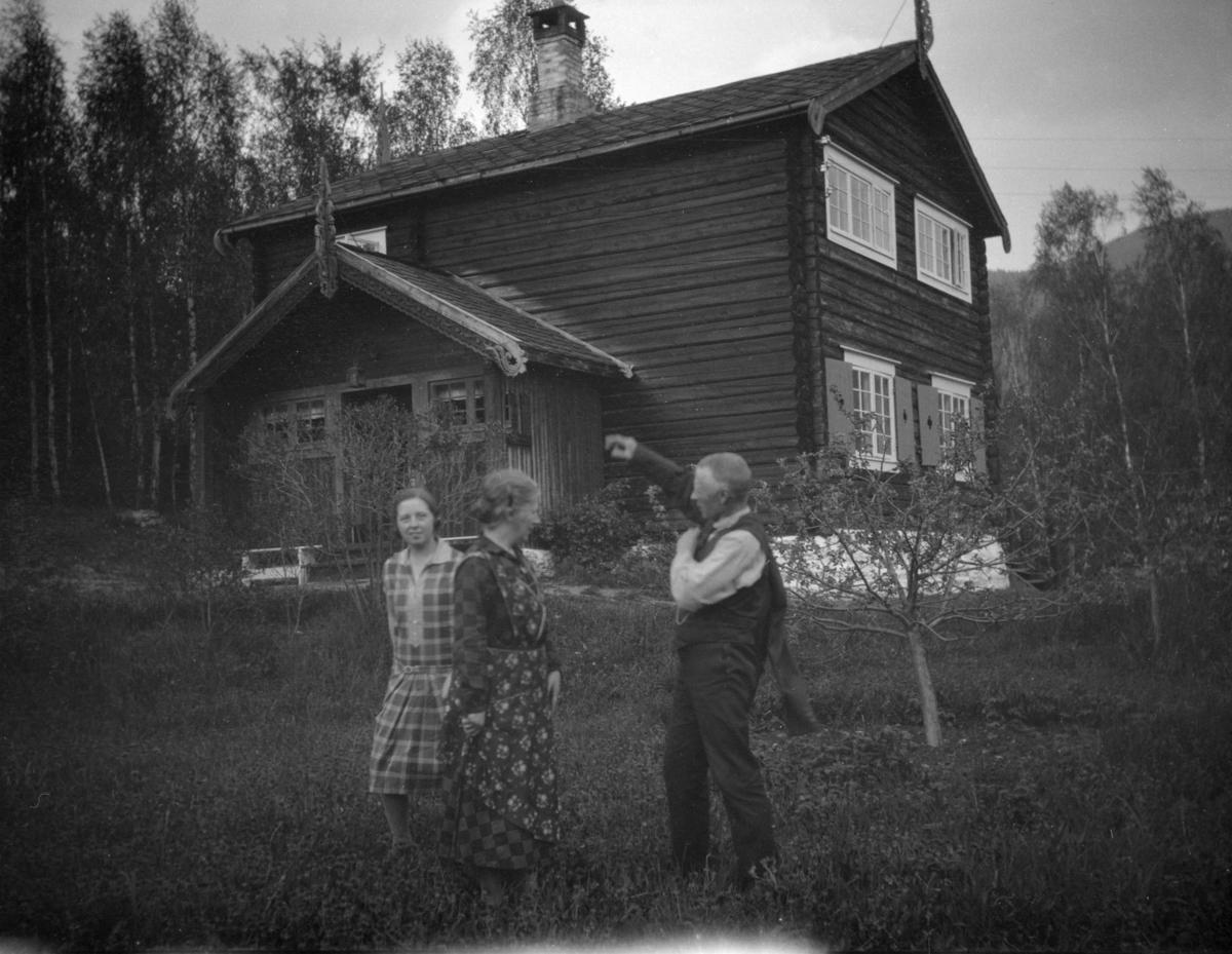 Karl Løkken med kone og datter forran hus i Ringebu