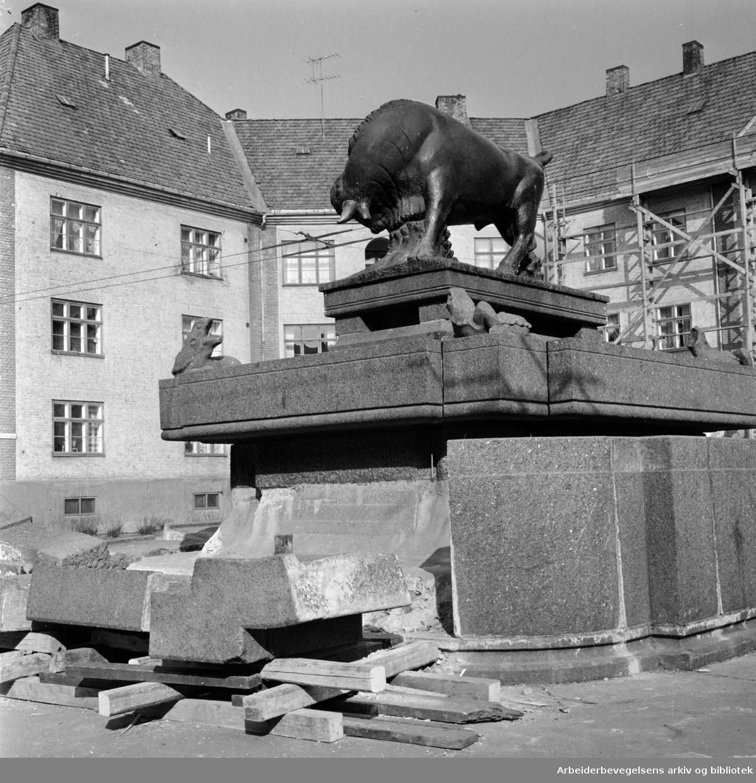 Torshov oksefontenen. Reparasjoner før fontenen kan fylles opp med vann. Mars 1964