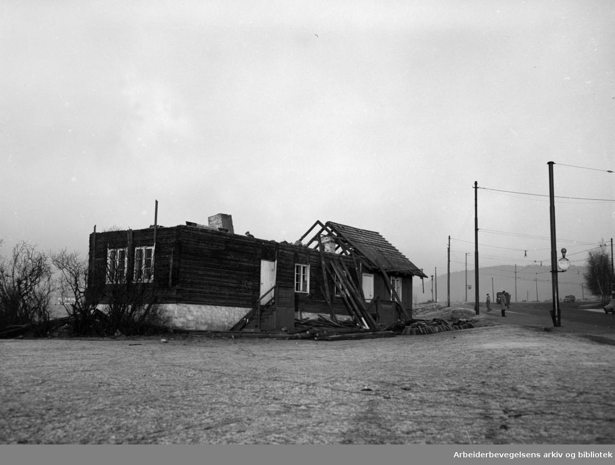 "Trondheimsveien. ""Rødstua"" rives. Desember 1955"