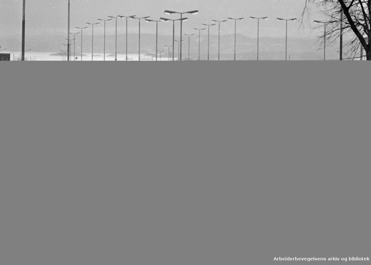 Trondhjemsveien. Trafikk. Sinsenbrua. Januar 1971