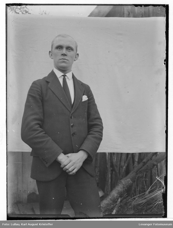 Karl Lullau, portrett antakelig med selvutløser for passfoto el.