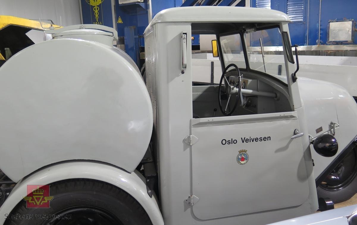Motordrevet feiemaskin med 3 hjul (ett foran og to bak). Motoren har et sylindervolum på 1330 kubikkcentimeter. Børsten sitter i bakkant. Maskinen har førerhytte og vanntank bak førerhytta. Maskinen er grå med svarte felger. Deutz emblem i fronten.