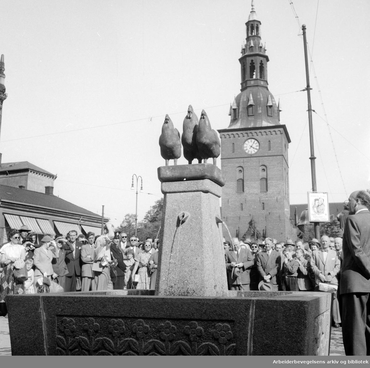 Stortorget: Avdukning av Hønefontenen. Juni 1955
