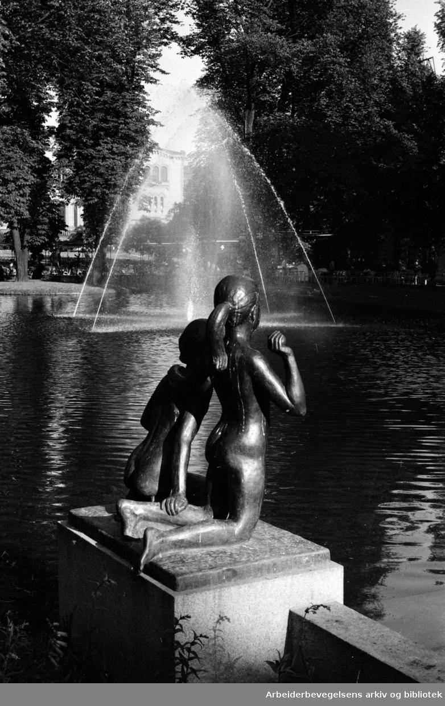 Studenterlunden. Fontenen og skulpturen av barn. Juli 1961