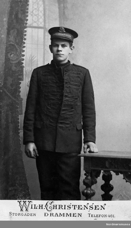 Foto av en ung mann i uniform fra Frelsesarmeen. Se også KMb-2017-021.1604. Trolig med tilknytning til Kristiansund. Fra Nordmøre museums fotosamlinger.
