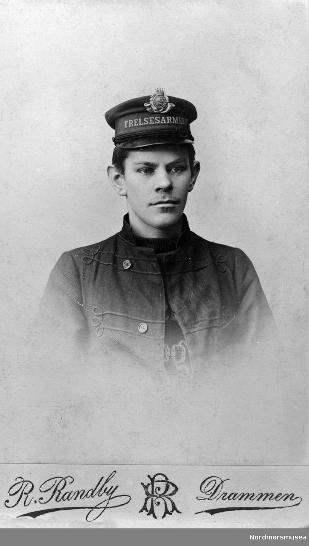 Foto av en ung mann i uniform fra Frelsesarmeen. Se også KMb-2017-021.1603. Trolig med tilknytning til Kristiansund. Fra Nordmøre museums fotosamlinger.