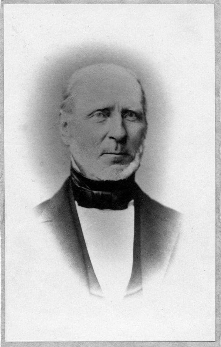 Fotoalbum etter Lorentz Severin Skougaard. Lorentz Severin Skougaard (født 11. mai 1837 i Farsund, død 1885 i New York) var en norskfødt tenor. Han var bror til offiseren Johan Skougaard. I New York, hvor Skougaard senere døde, ble han en fetert sangpedagog. Hans gravminne ses på Langesund kirkegård i Telemark.