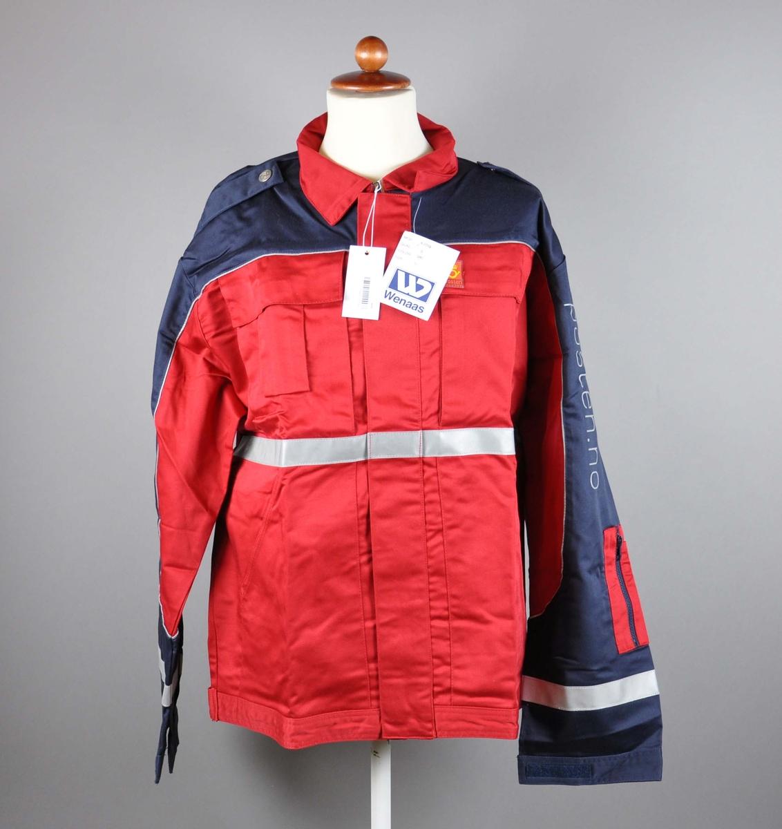 Rød uniformsjakke med postlogo. 4 lommer + lomme for mobil og for penner. Refleksbånd på ermer og liv. Skulderklaffer med knapper med posthorn.  Størrelse 50.