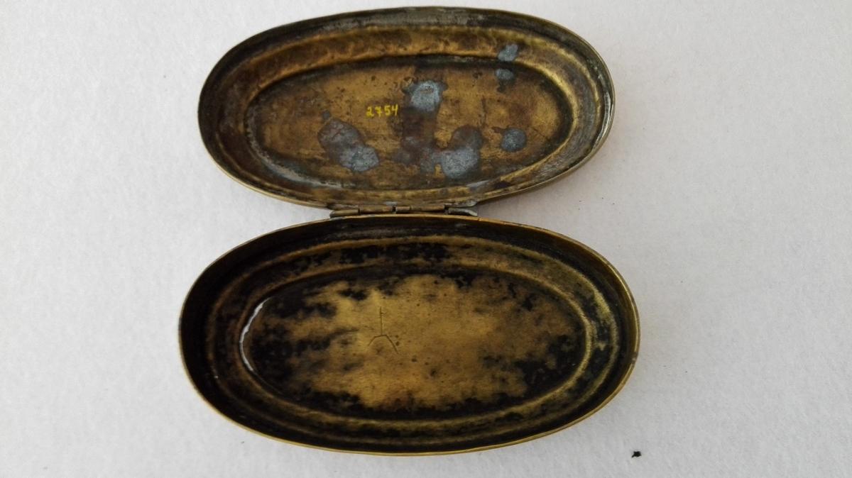 Form: Oval. På lok og botn innrissa  billetlege  framstillingar med hollandsk inskriptsjon.