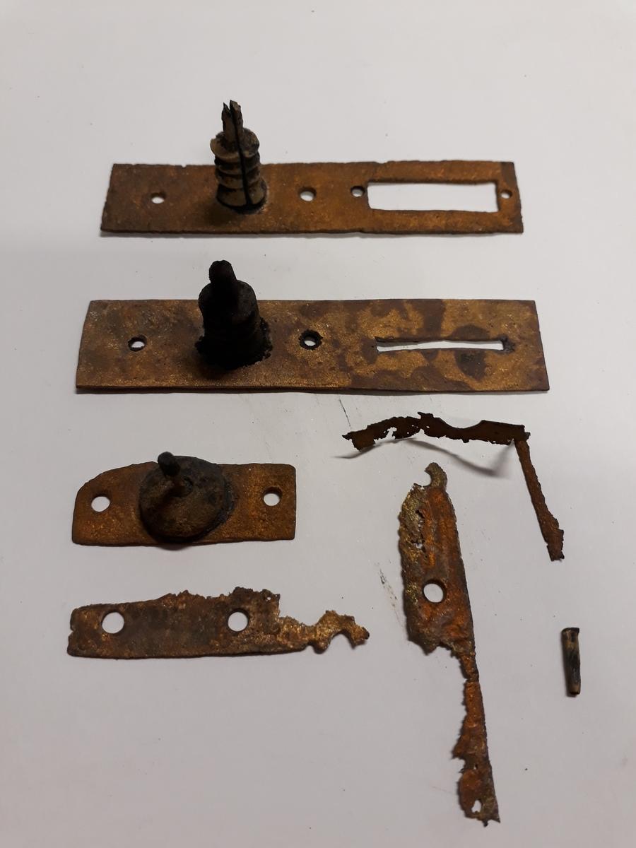 Kompass bärgad från Älvsnabbenvraket. Ett av de äldsta kända kompasserna från handelsskepp från tidigt 1700-tal.  Beslag av mässing, acxelbeslag för kadranupophängningen. Passar till avtrycket på ytterlådans sida (2d).