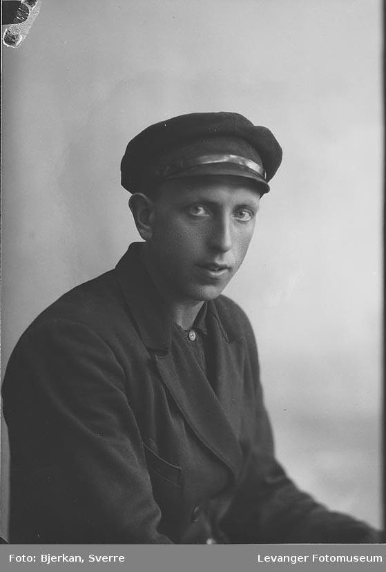 Portrett av mann med lue Navnet er August Kjønstad