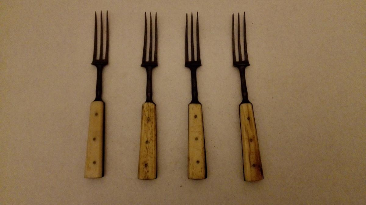 4 stk. gaflar. 3 tindar. Kvitt beinskaft.
