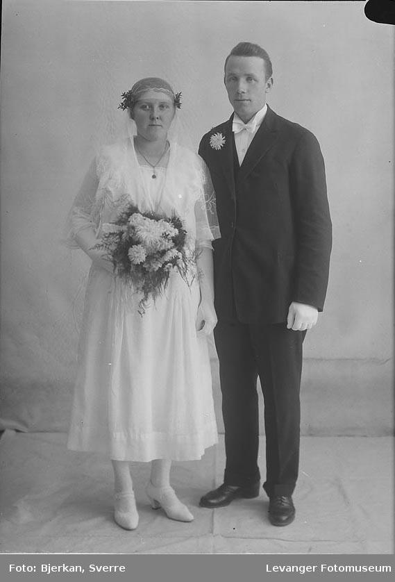 Portrett av et brudepar. Mannen heter Alfred Jønvik