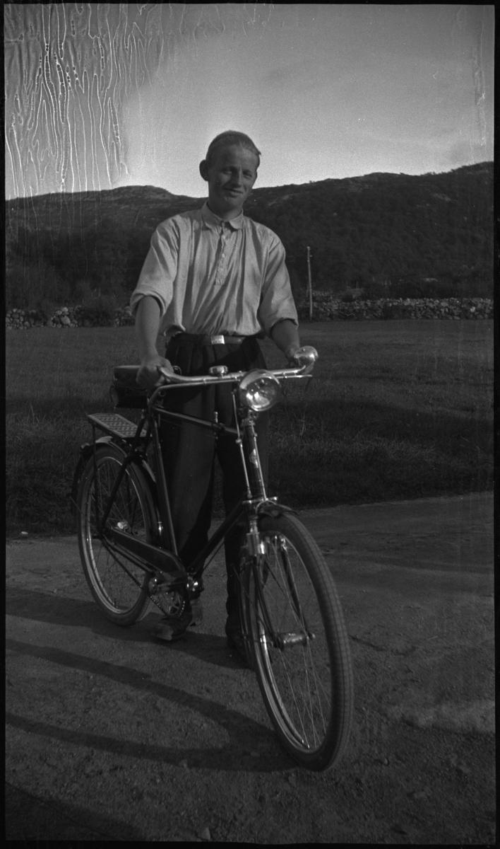 Bilder fra en sykkeltur mellom Kjølevik og Tau i Strand kommune. Det er helbilder av Finn Johannessen, Arne Rasmussen og Korsvold med syklene sine, det er bilder fra sykling og av landskapet og bygdene. Finn Johannessen er på bilde nr. 5 og 8.