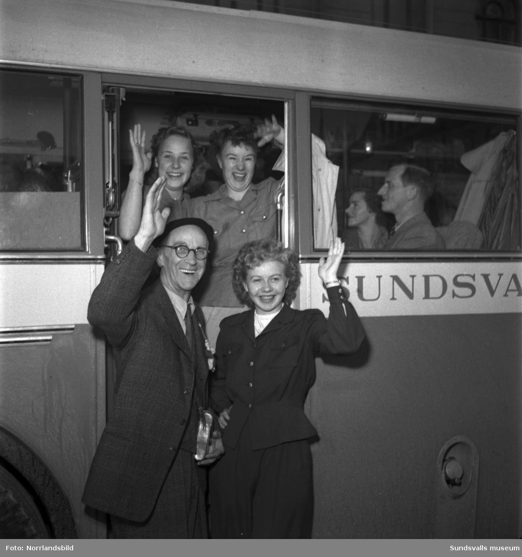 En stor grupp Sundsvallsbor ger sig iväg på charterresa till Paris med Hagabussen AB.