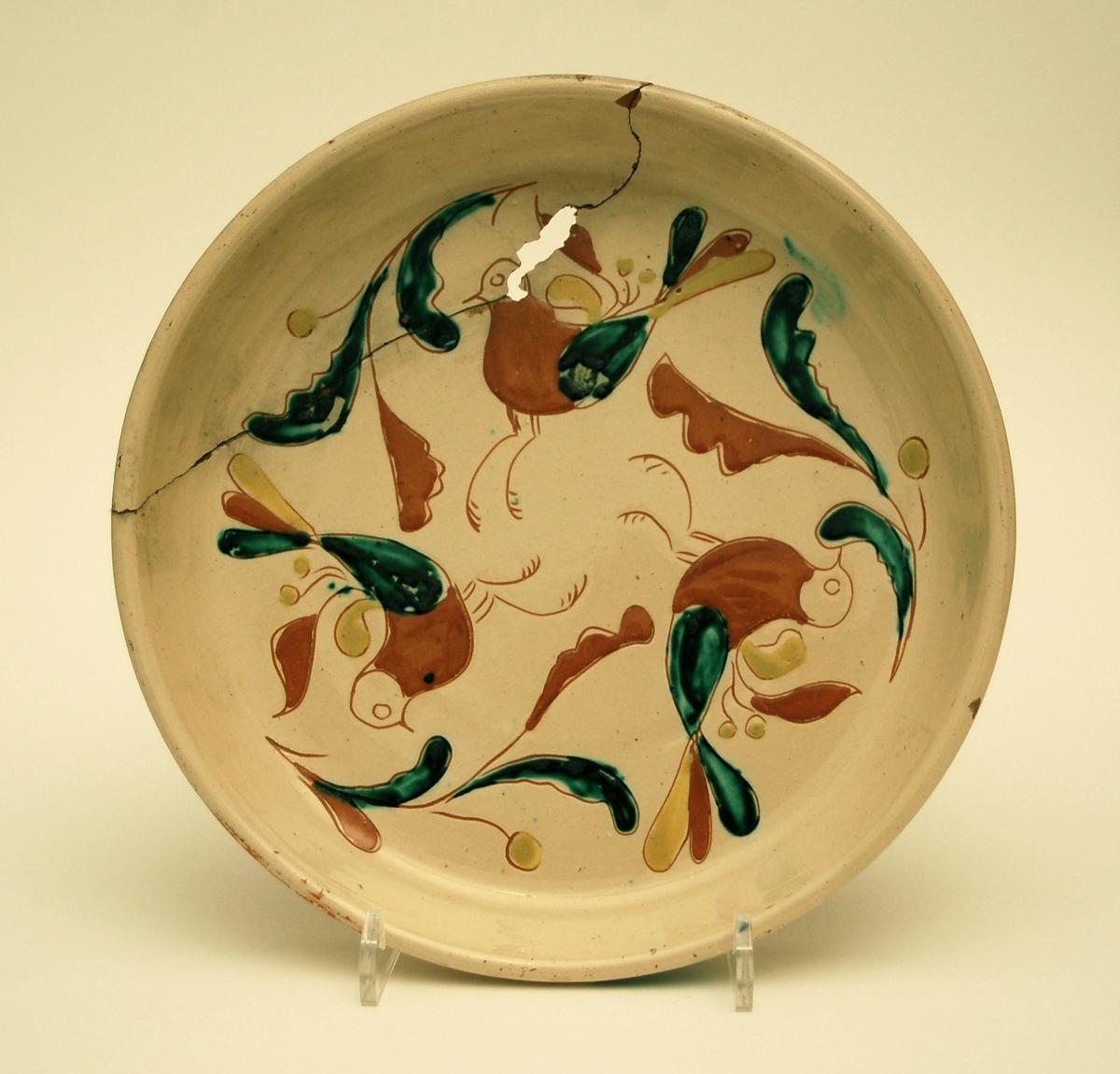 Fat i keramik med målad dekor.