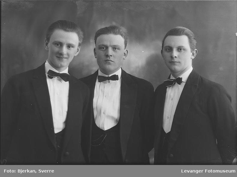 Gruppebilde av tre menn, trolig brødre. en av dem heter Arne Sivertsen