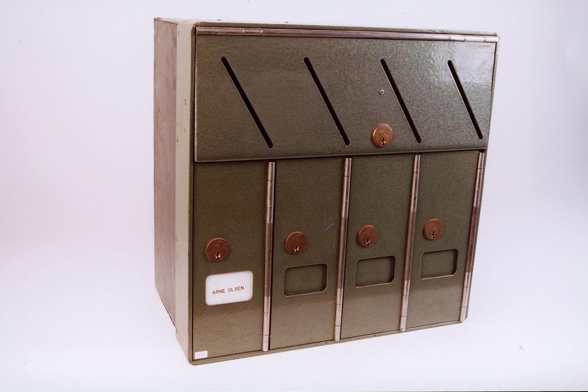 Anlegg i 1. etasje i blokkbebyggelse for levering av post. Anlegget har  4 låsbare brevkasser med leveringsåpning til hver enkelt brevkasse samt låsbar leveringsluke for postbudet.