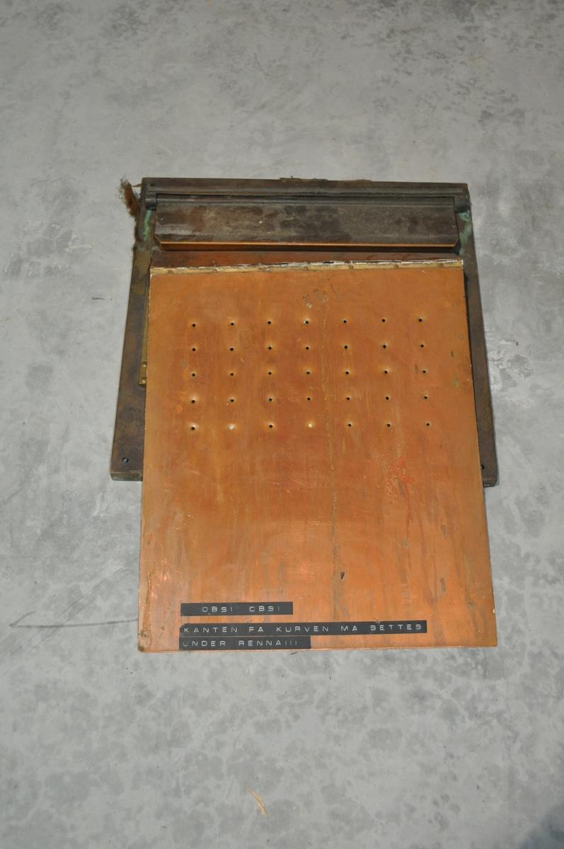 Postinnkast for montering i vegg med innvendig sklibrett