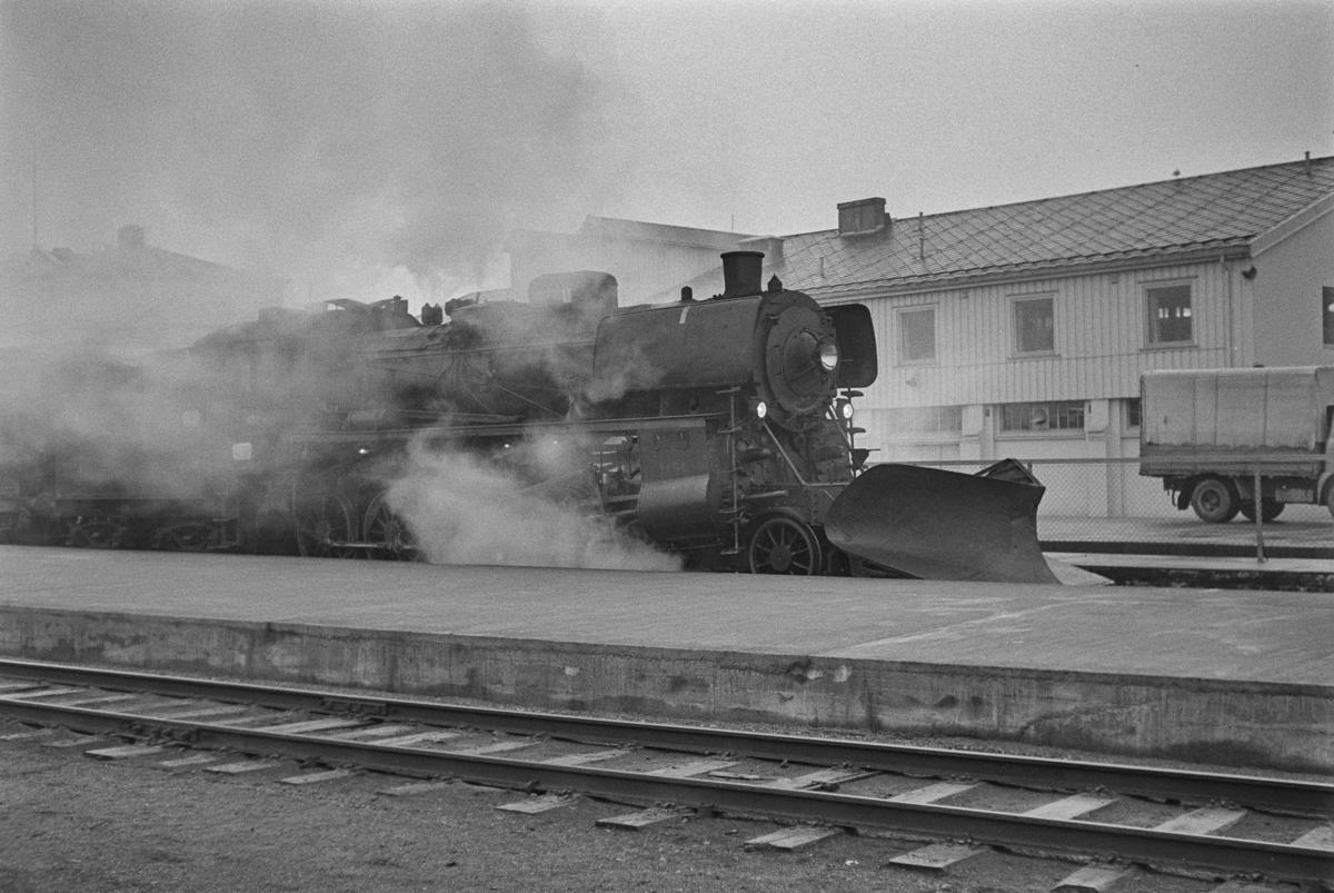 Dagtoget fra Trondheim til Oslo Ø over Røros, tog 302, står klart til avgang på Trondheim stasjon. Toget trekkes av damplokomotiv type 26c nr. 432.