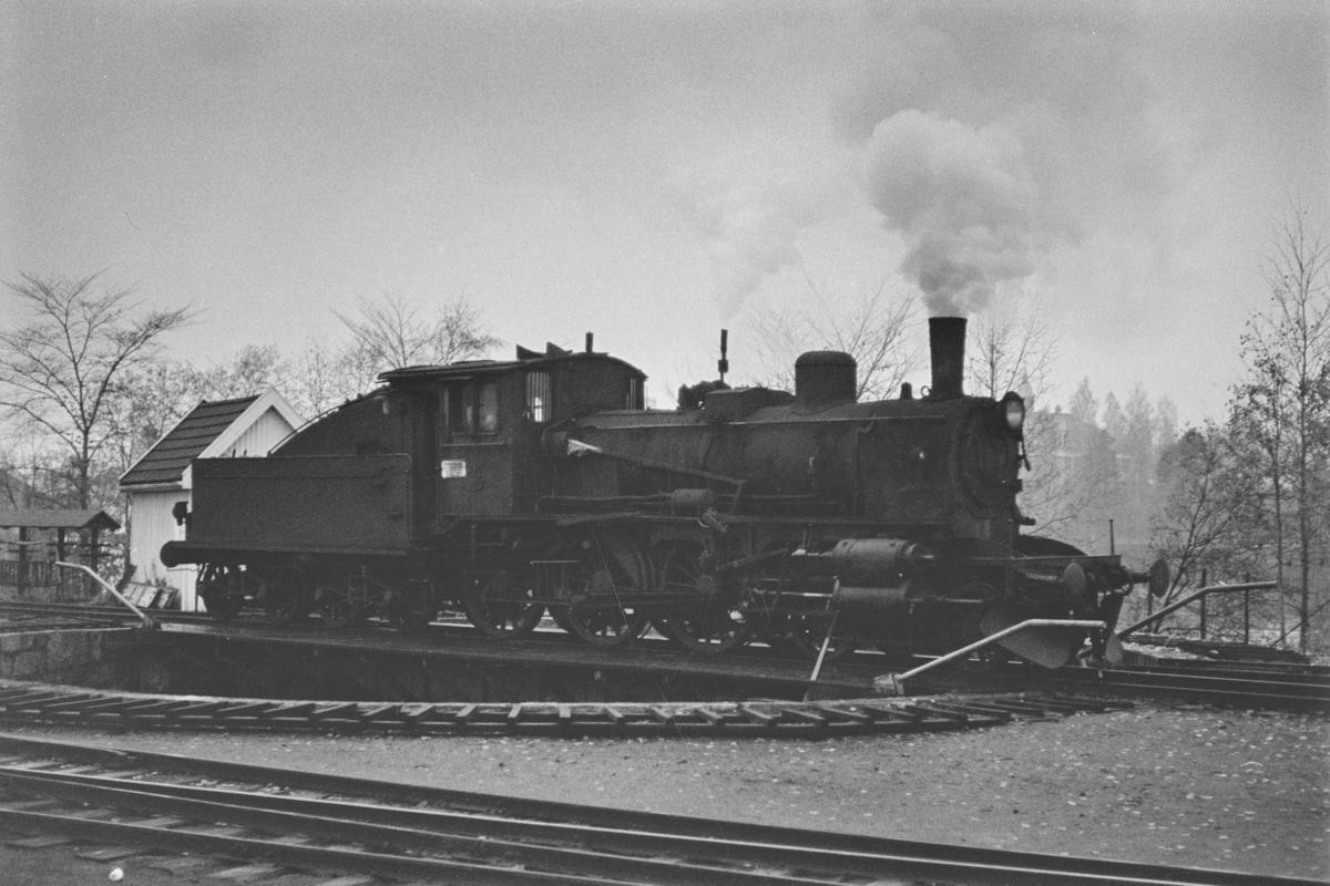 Damplokomotiv type 27a nr. 248 på svingskiven på Kongsvinger stasjon.