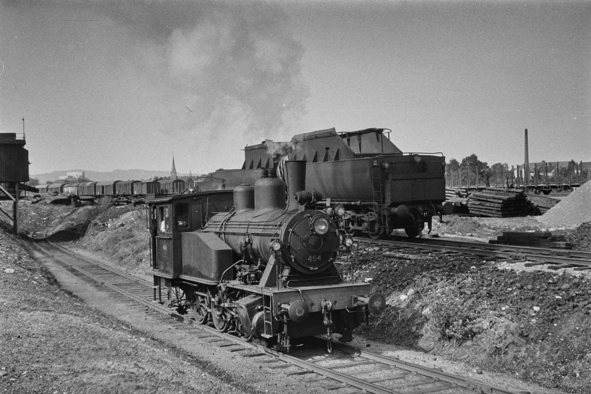 Damplokomotiv type 23b nr, 454 ved kullastegraven på Marienborg ved Trondheim.  I bakgrunnen to tendere fra utrangerte damplokomotiver type 63a.