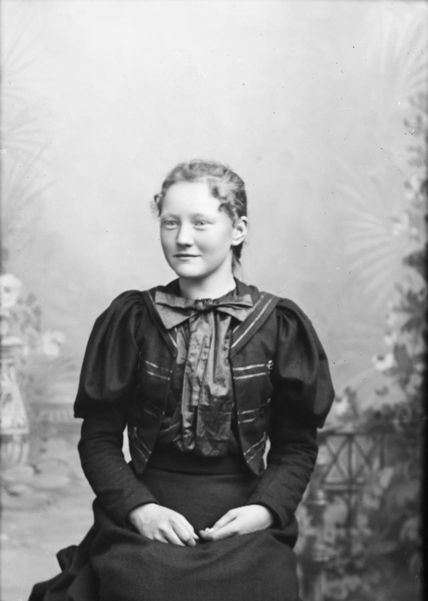 Portrett av Ragna Iversdatter Brandrud fra Sør-Fron.