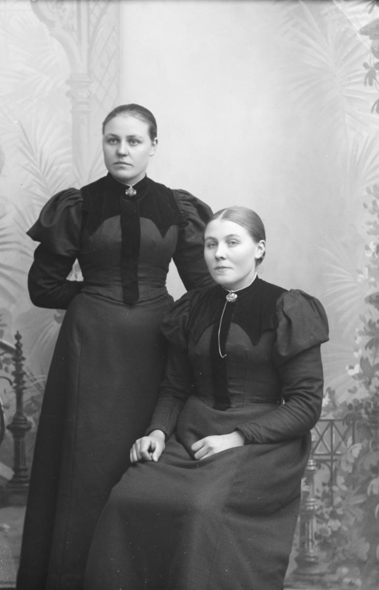 Portrett av Gina Nybakken med venninne. Gina Nybakken emigrerte i 1899.