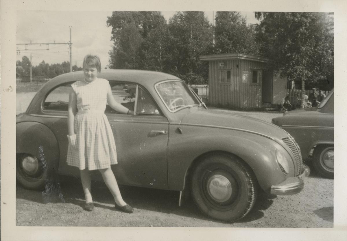 Anne Merete Bjørkholen foren en Ifa 1955-modell på Magnor stasjon.