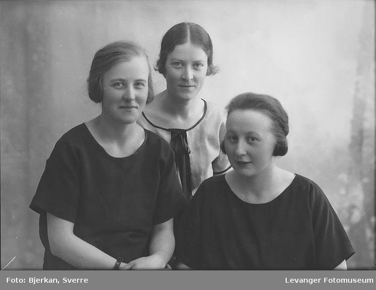 Gruppebilde av tre kvinner. En av dem heter Anna Loe