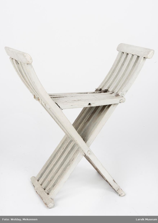 Form: armlener og ben i ett, består av 5 sprosser som  krysser hverandre. festet med trenagler. setet dannes av 10 sprosser, festet med trenagler.