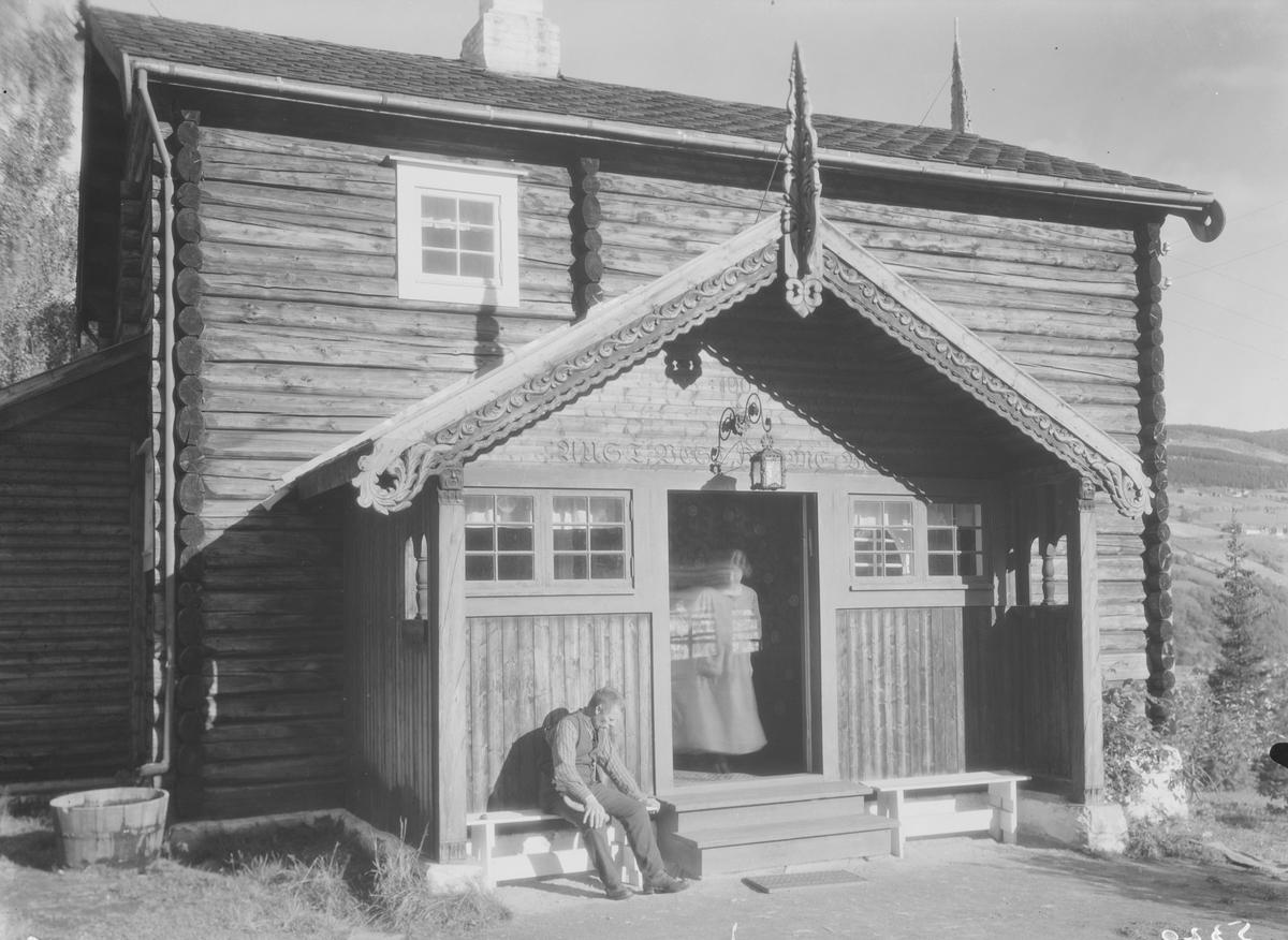 """Ringebu. Fra Karl Johan Olsen Løkkes bolig """"Lye"""". Hus med svalgang"""