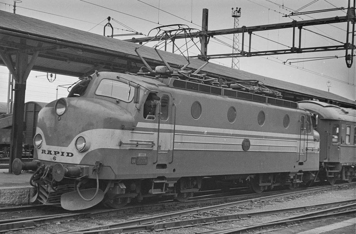 Persontog til Stockholm på Östersund stasjon. Toget trekkes av elektrisk lokomotiv type Ra nr 990.